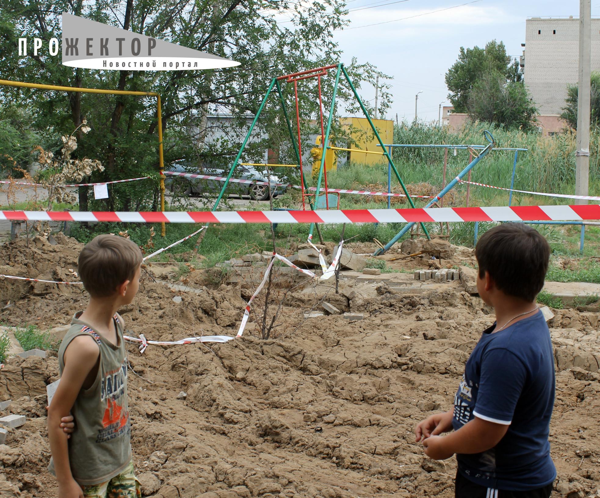 Астраханские коммунальные службы уничтожили детскую площадку и не спешат ее восстанавливать