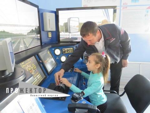 Астраханские школьники попробовали себя в роли машинистов поезда