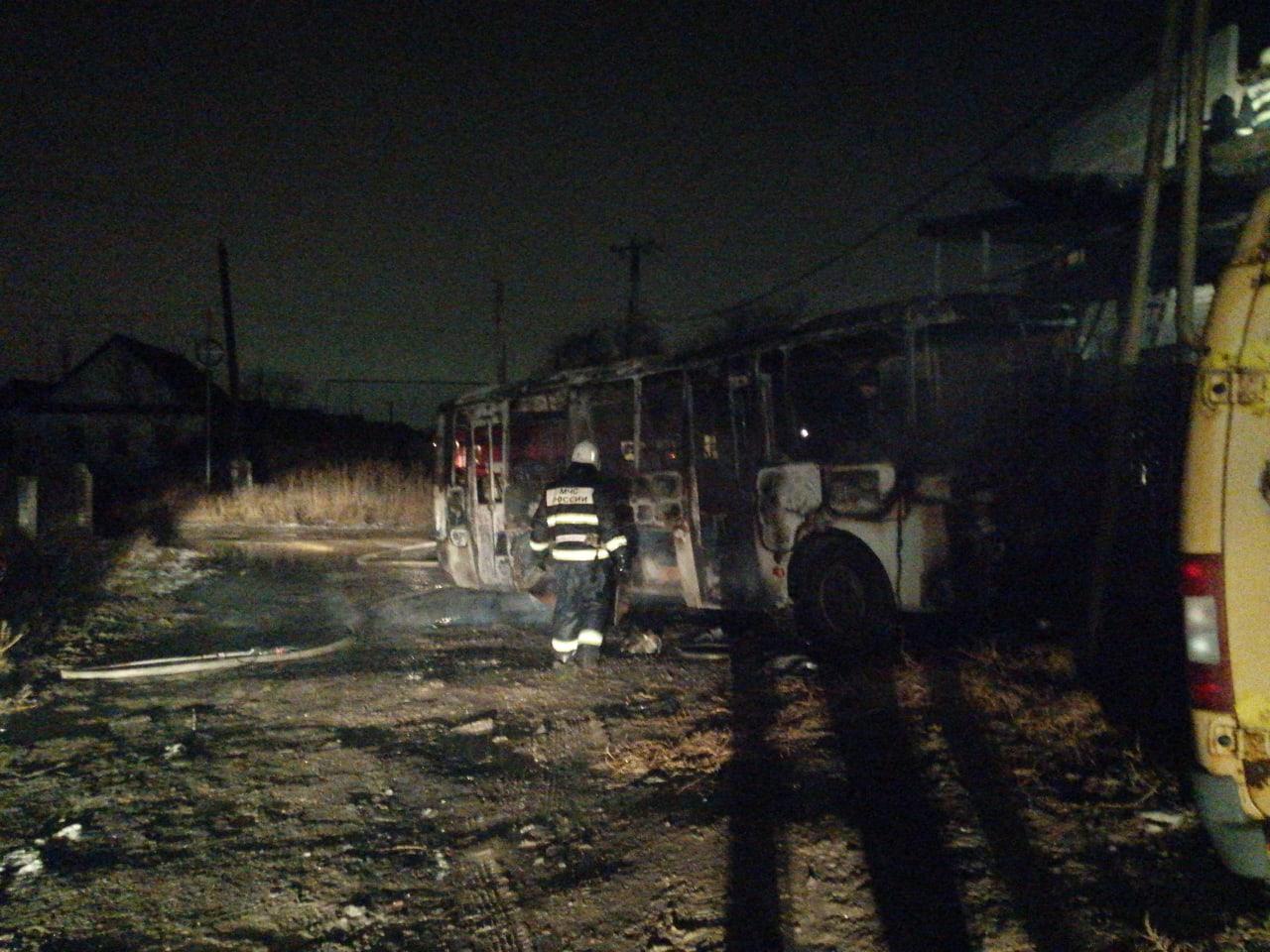 В Астрахани сгорел маршрутный автобус (видео)
