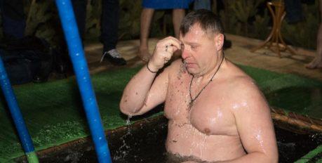 Игорь Бабушкин окунулся в прорубь на Крещение