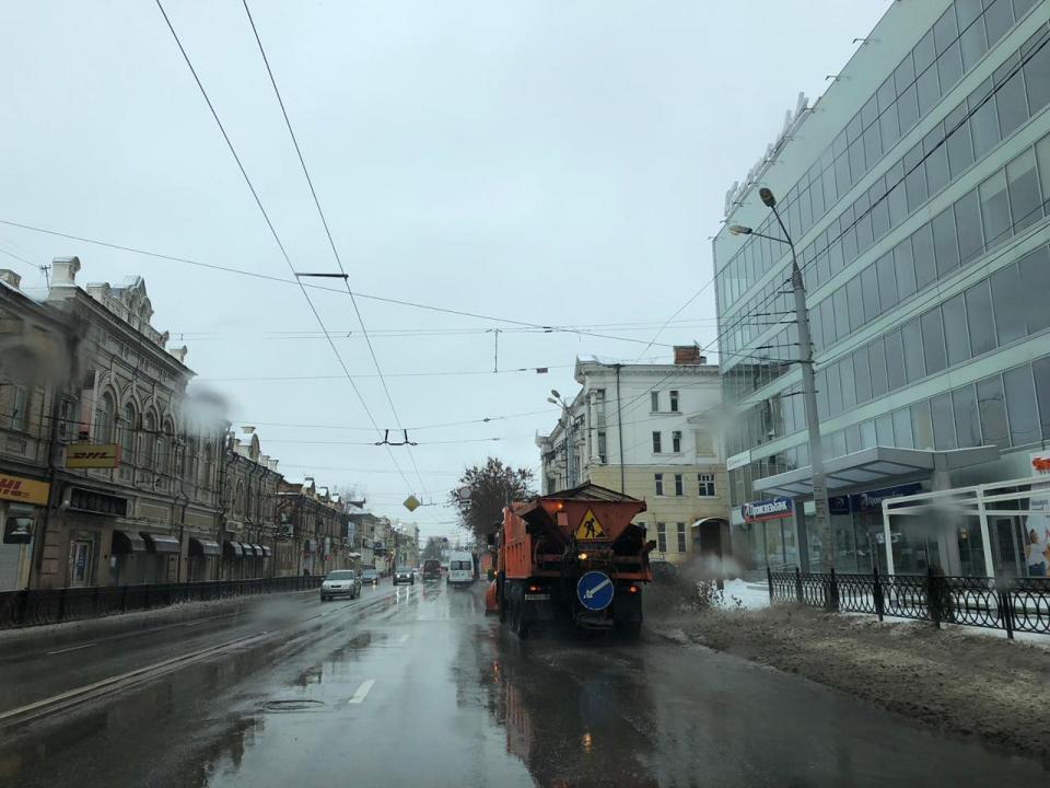Астраханские коммунальщики  борются с последствием снегопада