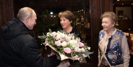 Путин подарил дочери Ельцина сервиз, который продаётся в Астрахани