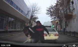 Драка между водителем маршрутки  и автомобилистом в Астрахани попала в соцсети