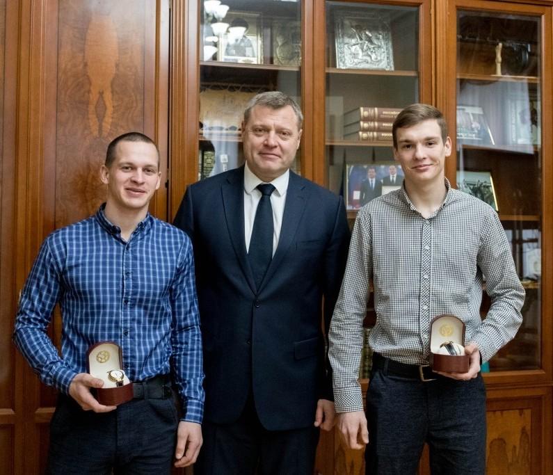 Губернатор наградил молодых астраханцев, спасших людей