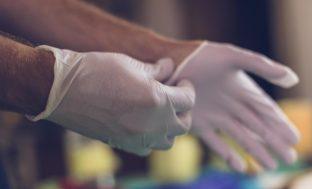 Резиновые перчатки во время пандемии: спасение или рассадник инфекции?