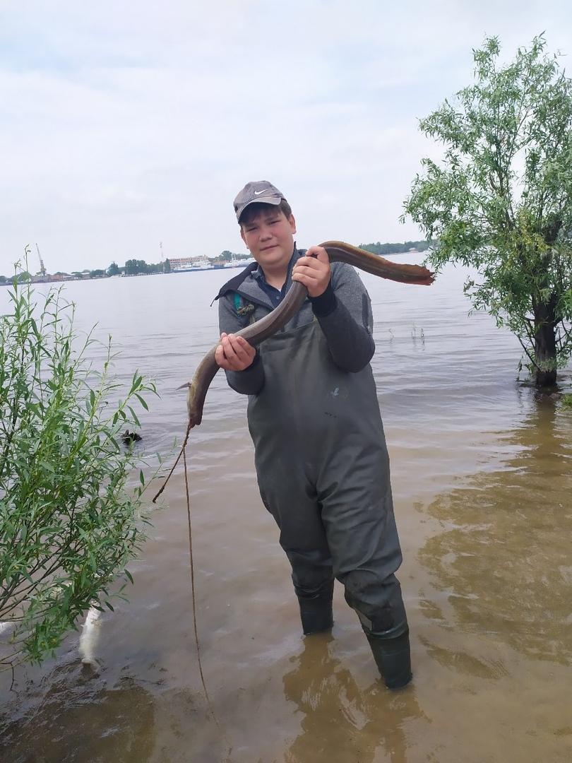Рыбаки гадают, что за рыбу поймали в Астрахани