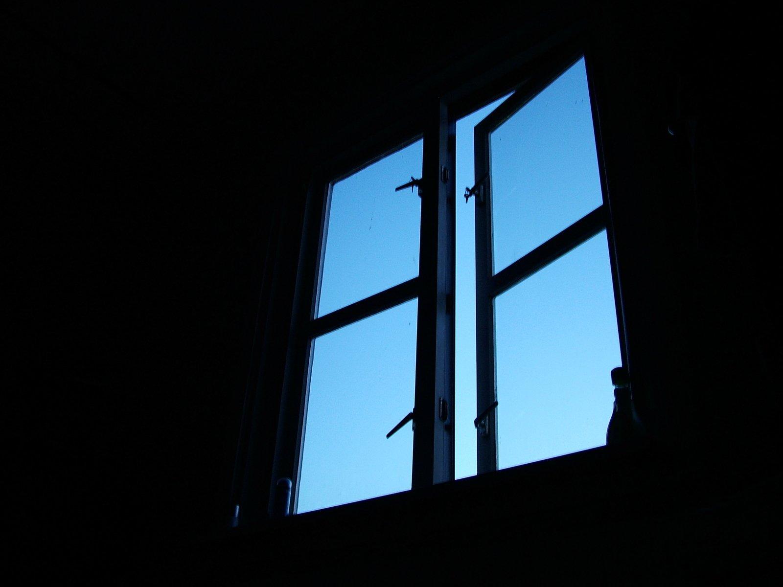 Астраханец, выпавший из окна пятого этажа, скончался в больнице