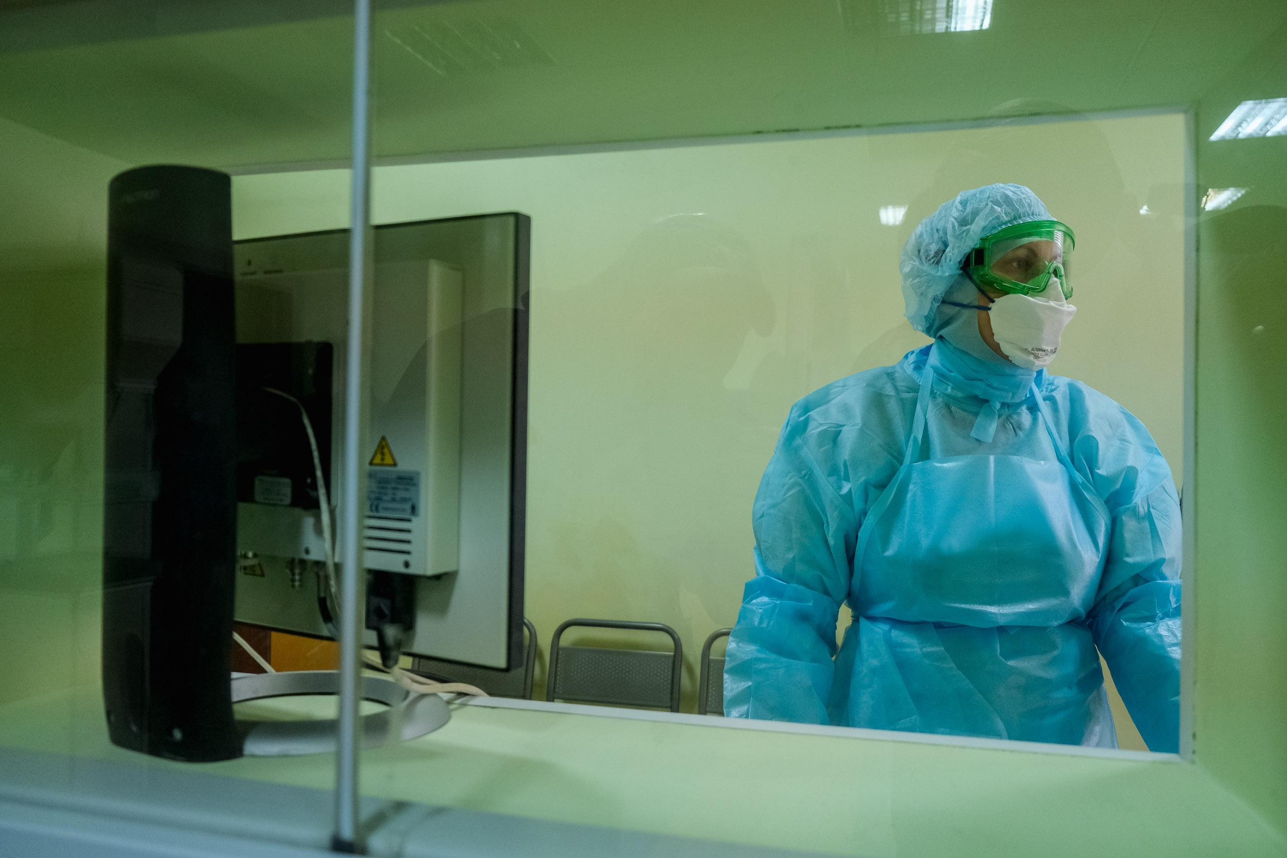 Ещё один астраханец скончался от COVID-19: меньше 900 человек заражены