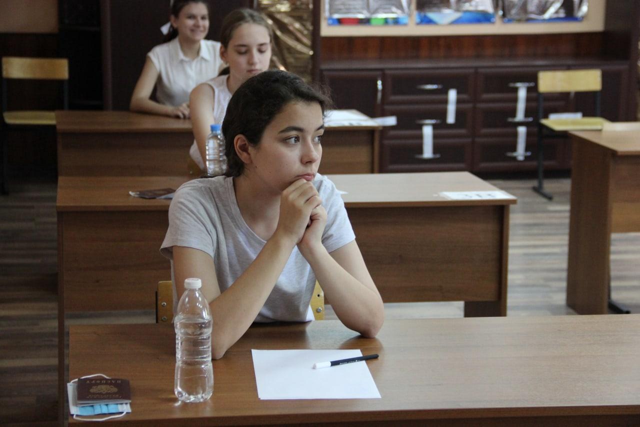 Астраханские школьники начали сдавать ЕГЭ по русскому языку