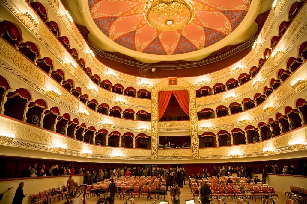В Астрахани разрешили работу театров и спортивных мероприятий