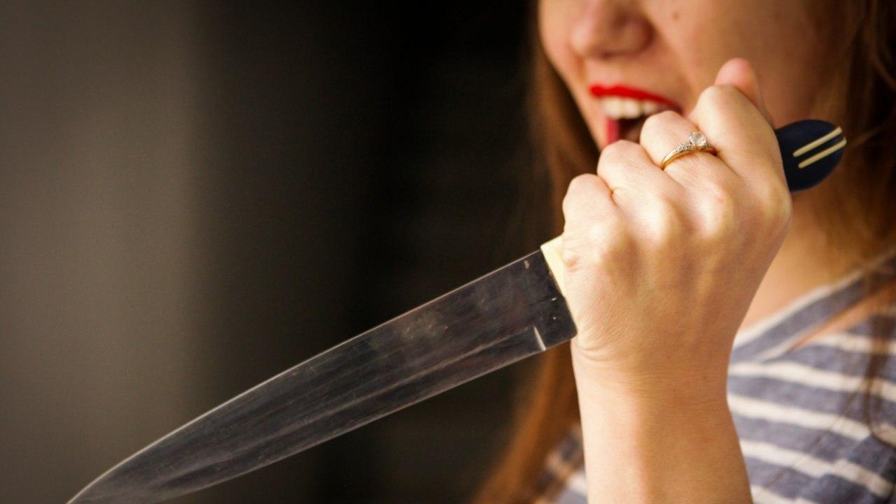 Пьяная ссора: астраханка ранила ножом в живот родную сестру