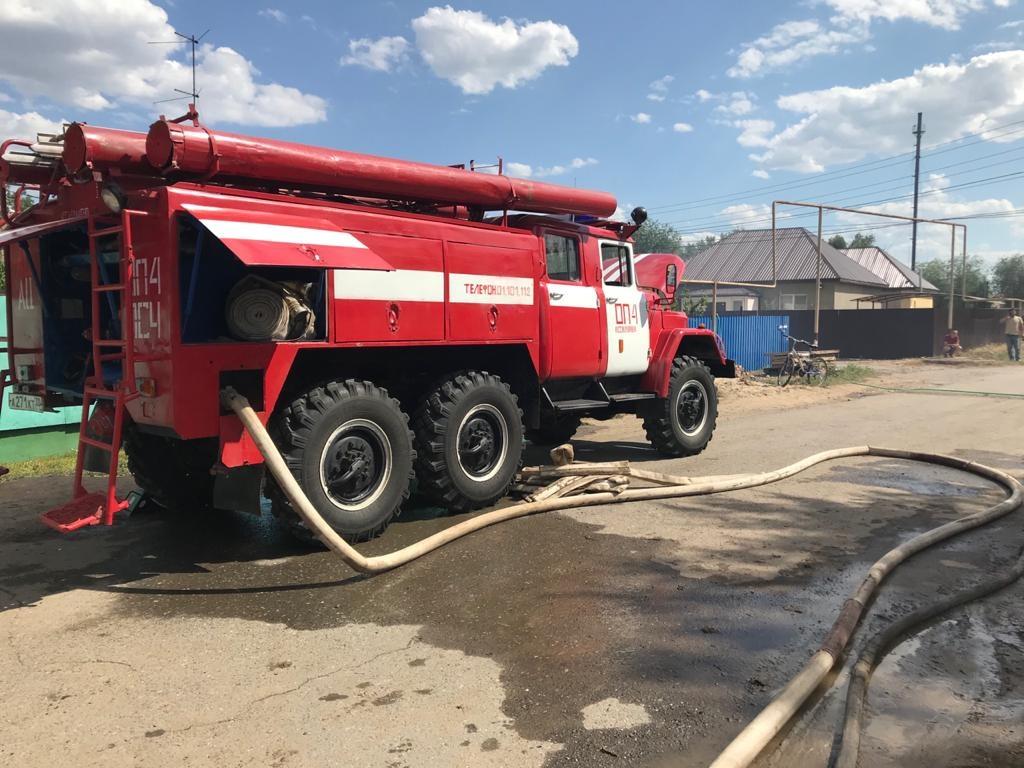 В Астраханской области горела хозпостройка: есть пострадавший