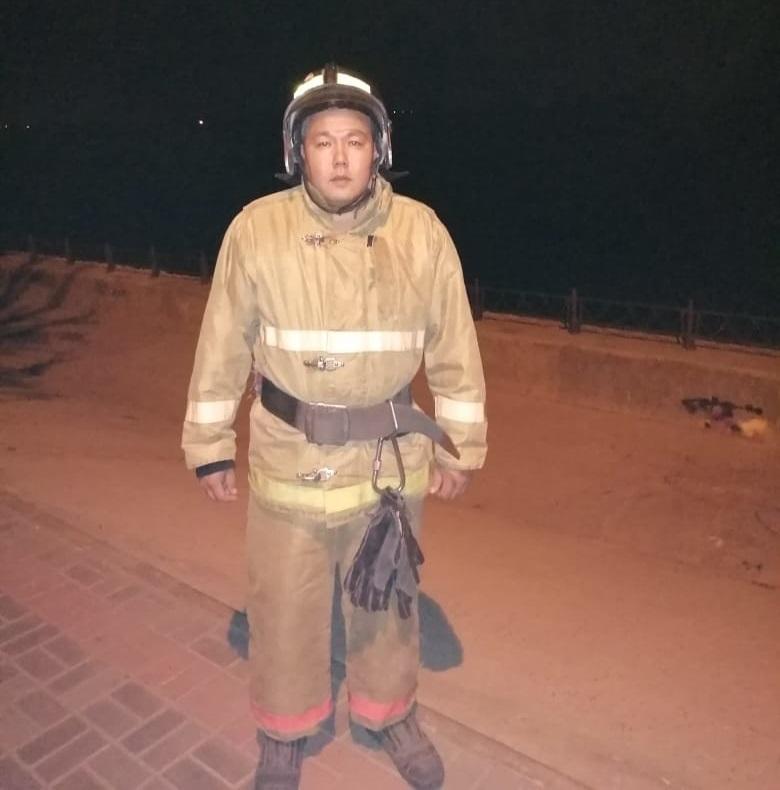 Астраханский пожарный спас тонущего в реке молодого человека