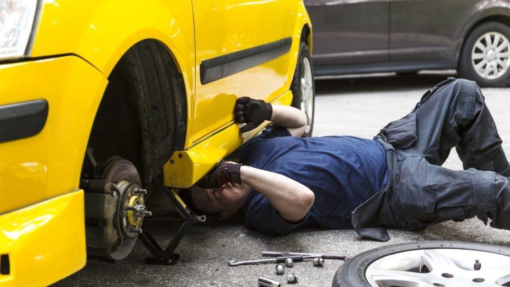 В Астрахани мужчину раздавила собственная машина