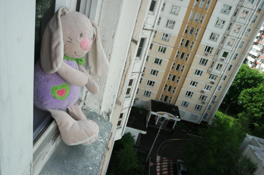 В Астрахани 12-летняя школьница разбилась, упав с 9 этажа