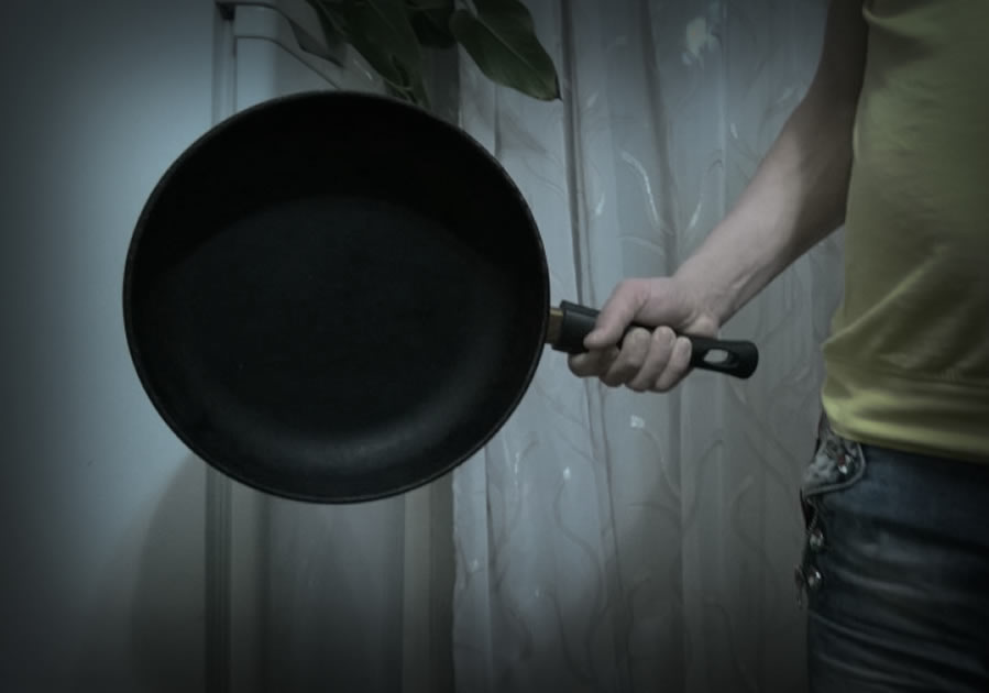 Астраханец ударил спящего знакомого сковородкой по голове