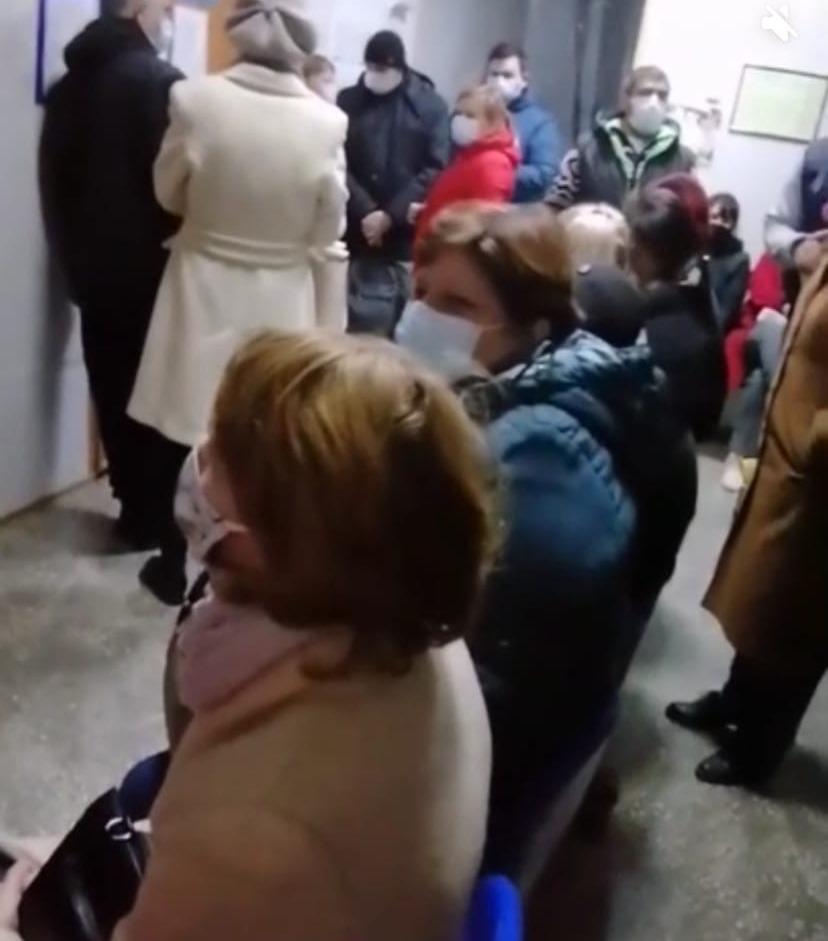 «Пришёл с ОРЗ, уйдёшь с ковидом»: очередь в поликлинике №5 продолжает шокировать астраханцев