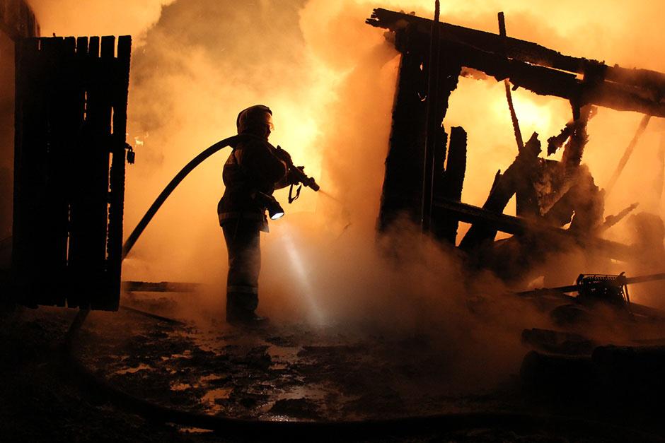 В Ахтубинском районе Астрахани сгорел жилой дом: пострадал мужчина