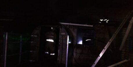 На севере Астраханской области сгорела хозпостройка: есть пострадавшие