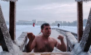 Кому нельзя нырять в прорубь? Рекомендации астраханских медиков для подготовки к крещенским купаниям