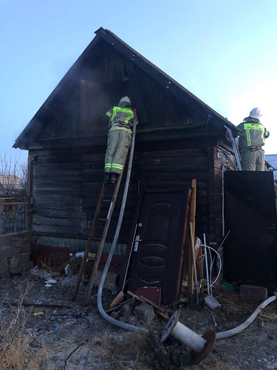 В Ленинском районе Астрахани сгорел дом: есть пострадавшие